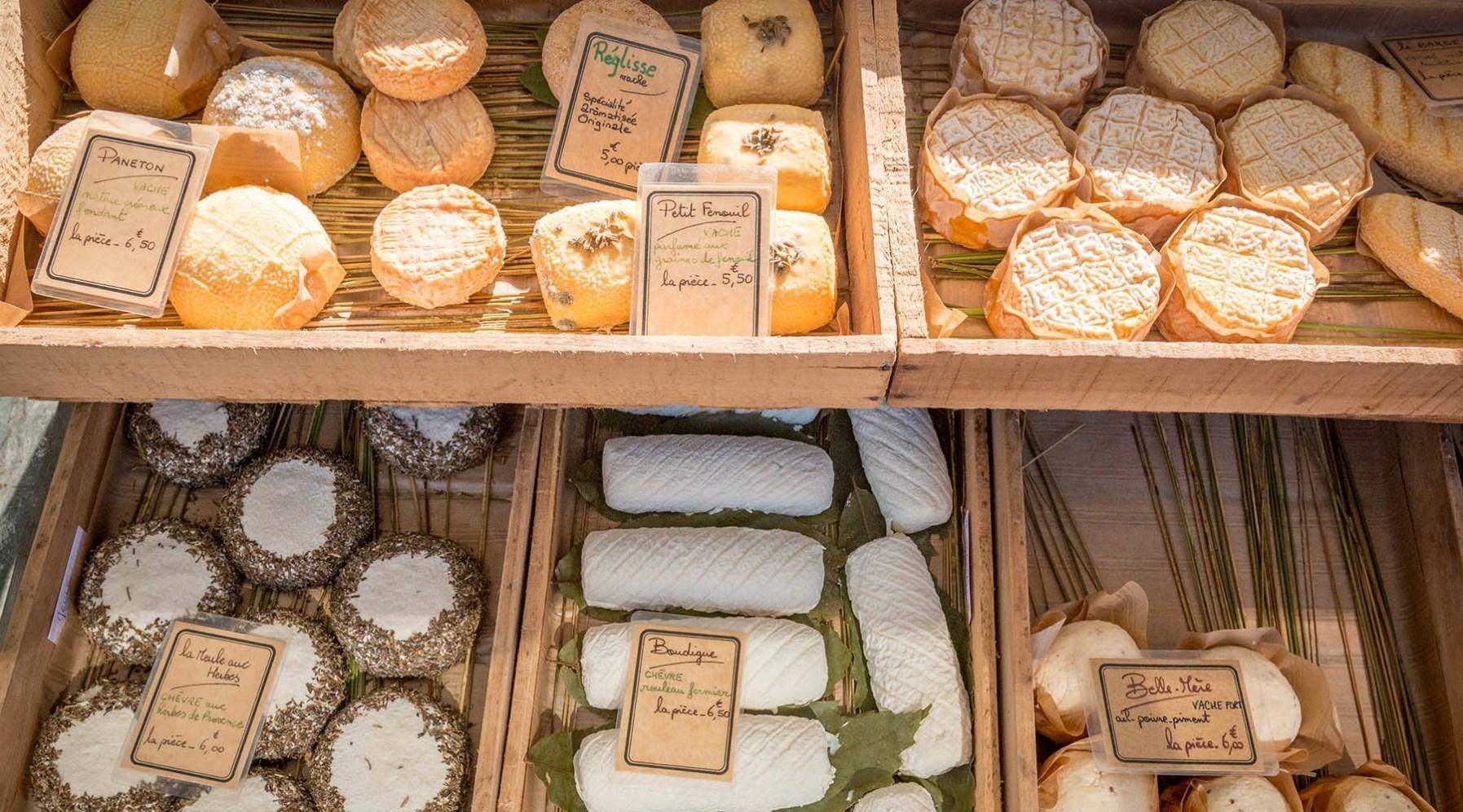 Nombreux fromages exposés sur un stand du marché à Lège Cap Ferret