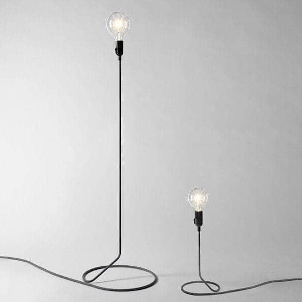 la lampe a poser cord lamp transforme astucieusement le fil d alimentation en pied de lampadaire
