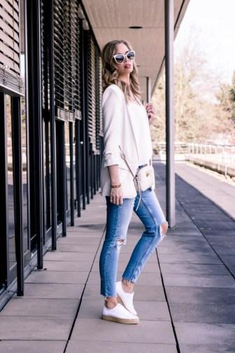 Frühlingsoutfit mit weißem Zara Blazer, Perlen Jeans, Espadrilles und Gucci Marmont Mini