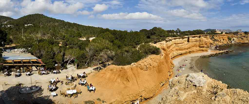 Ibiza – Red cliffs and tasty Paella: Welcome to the small Paradise of Sa Caleta