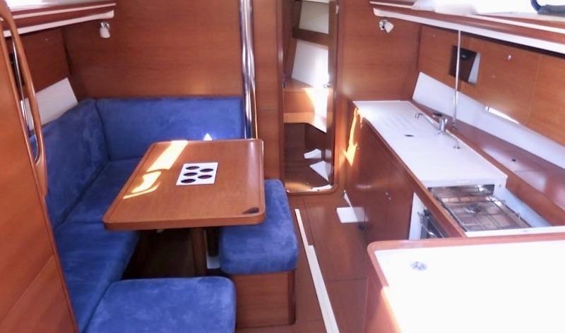 location voilier dufour 375 Grand Large en Méditerranée dans le Var - carré transformable du bateau