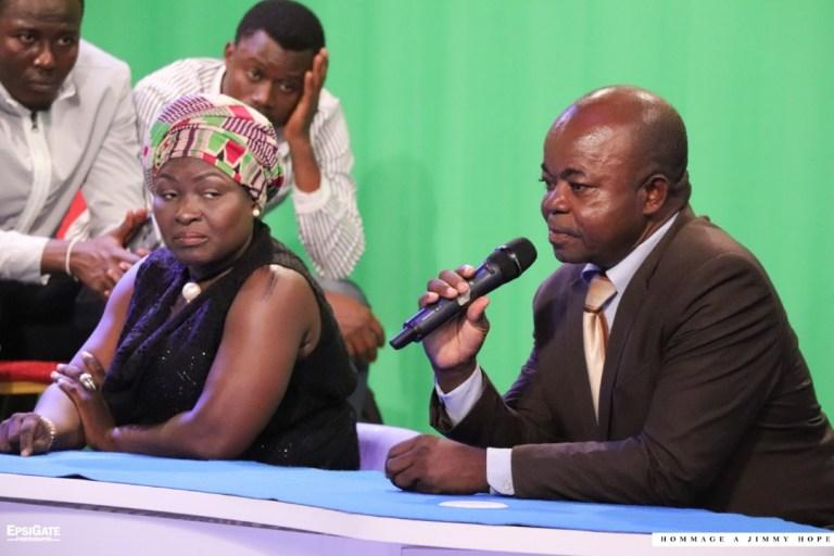 Yao Mawuena AGBOTI  micro en mains