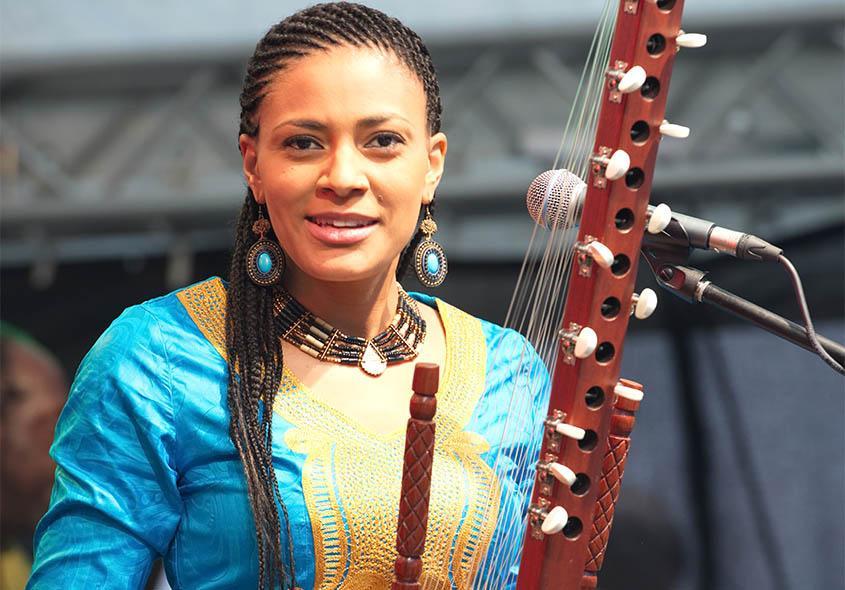 Sona Jobarteh: Qui est cette femme contestant l'exclusivité de la Kora aux hommes?