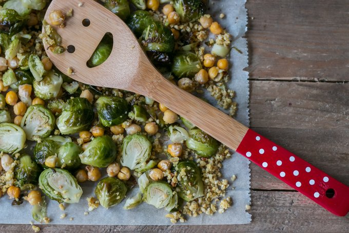 BRUSSELS SPROUTS WITH VEGAN CHEESE CRUMBLE AND CHICKPEAS – KID-FRIENDLY MEALS