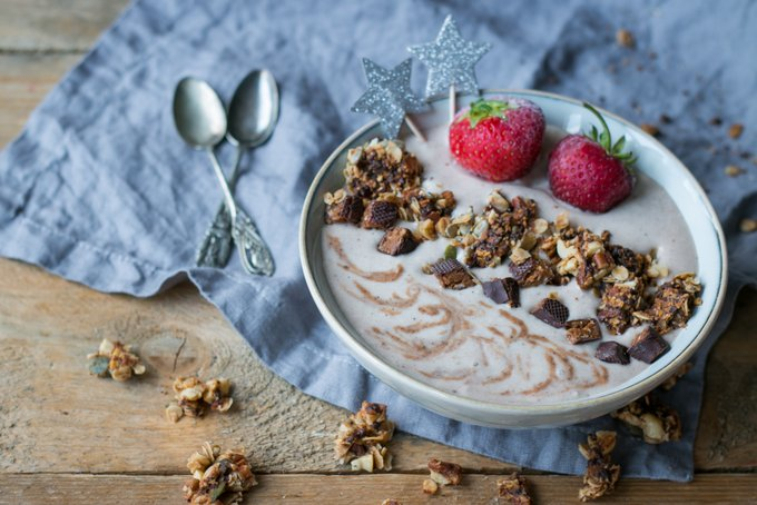 VANILLA-CINNAMON SMOOTHIE BOWL WITH CRUNCHY GRANOLA CLUSTERS