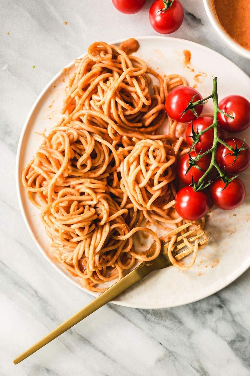 Kermainen vegaaninen tomaattipasta