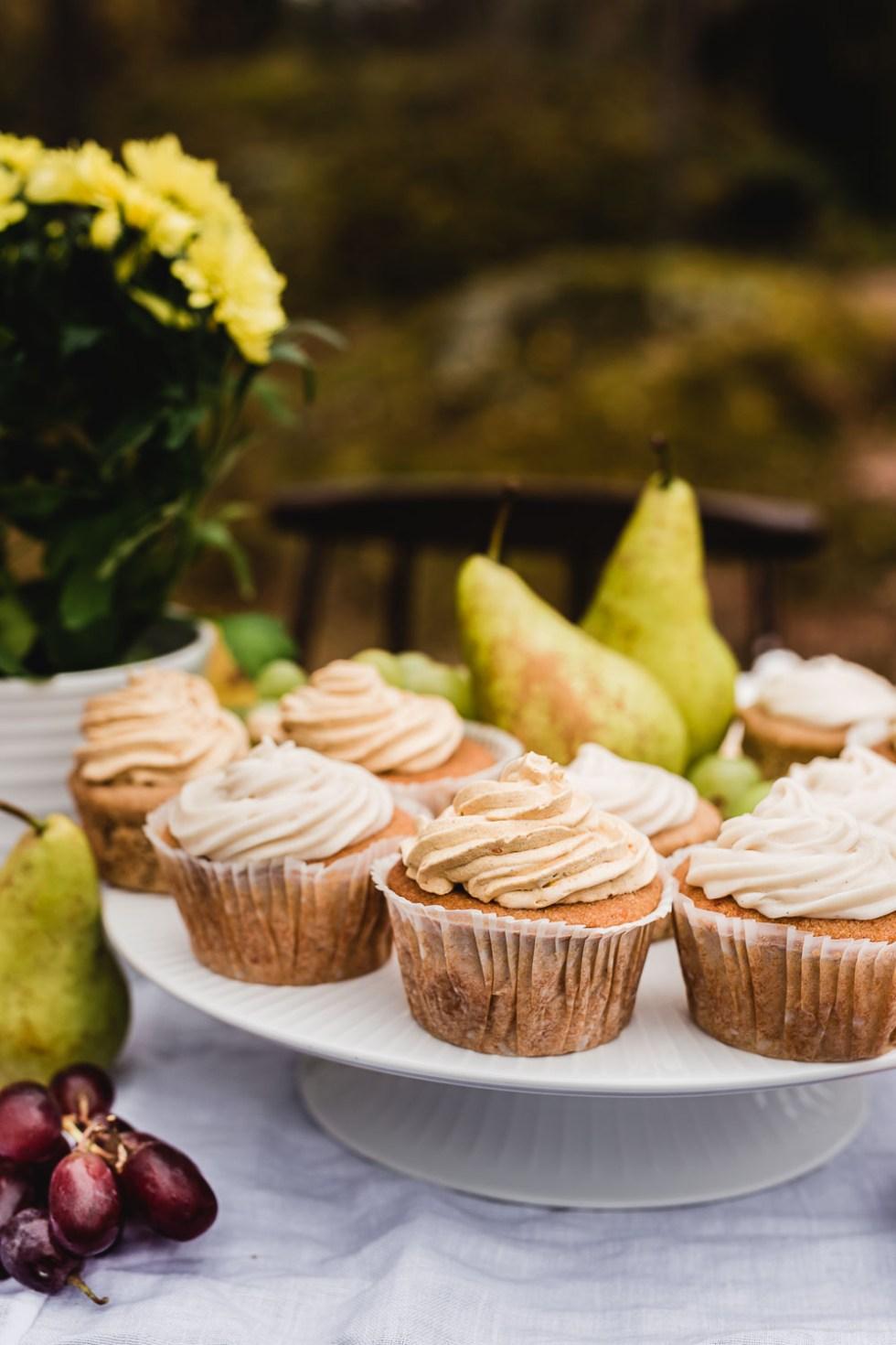 Päärynä-valkosuklaa kuppikakut