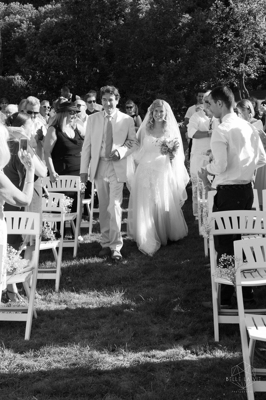Arrivée de la mariée au bras de son papa lors de sa cérémonie laïque.