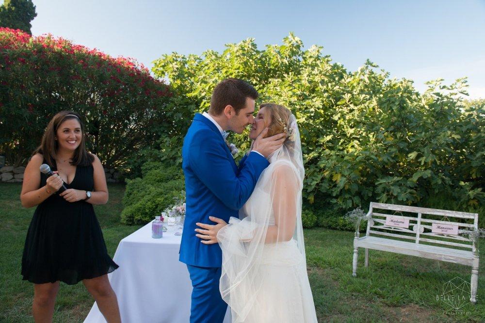 Le baiser suite à l'échange des alliances, cérémonie laïque.