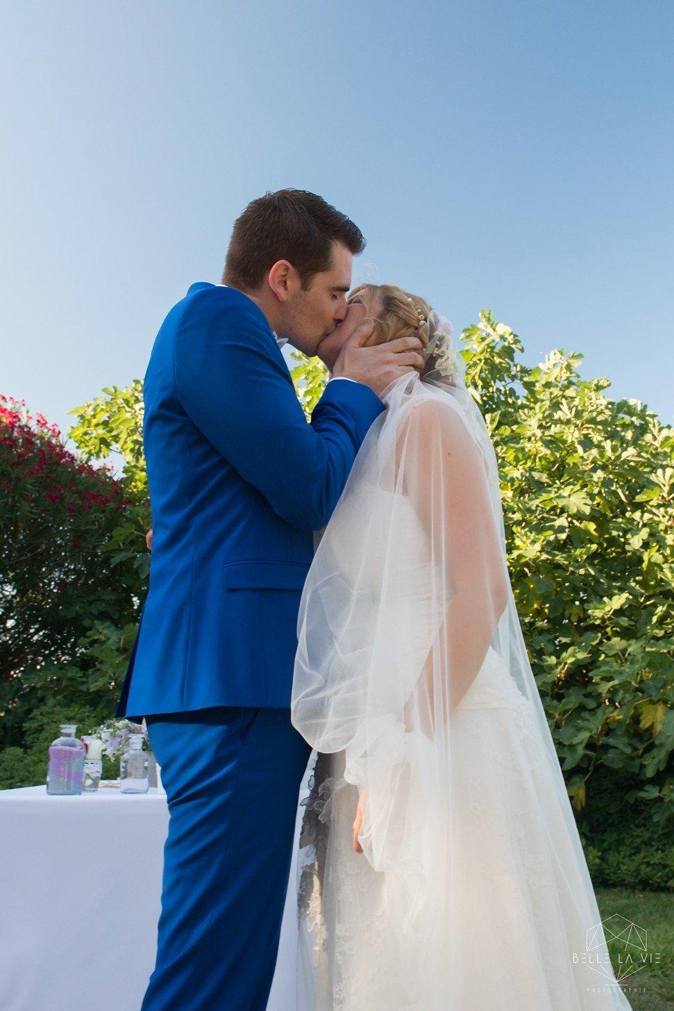 Le marié peut embrasser la marié, cérémonie laïque.