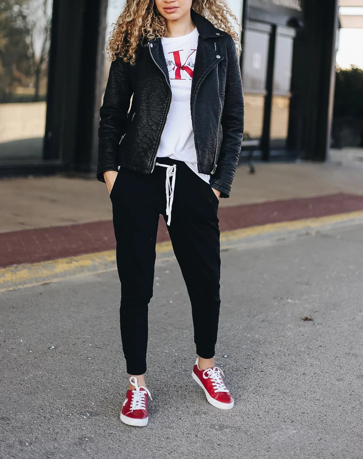 comfy airport outfit with joggers and sneakers