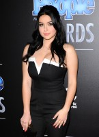 Ariel Winter - Black and White Dress with hube boobs (5)