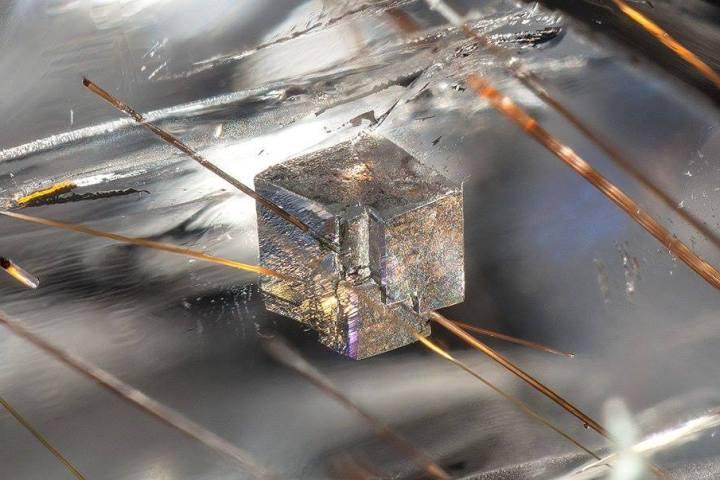 dolomite-in-quartz-with-rutile