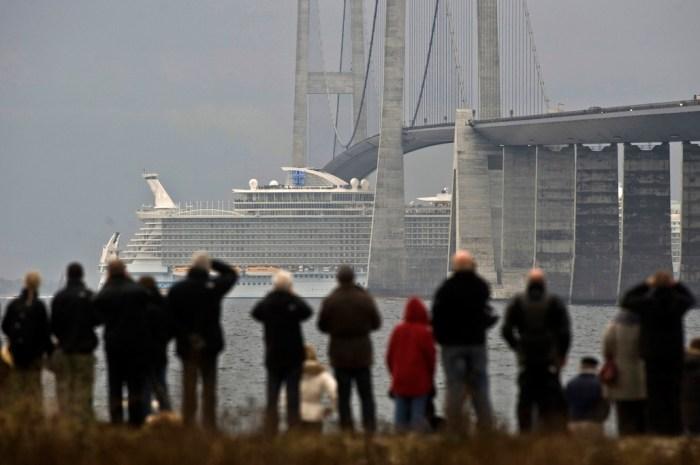 cruise_liner_vs_bridge.jpg (144 KB)