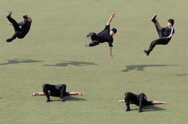 police_vs_ninjas.jpg (401 KB)