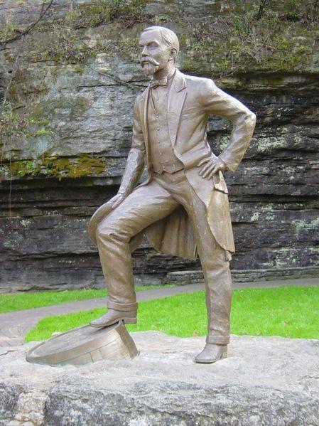 449px-Jack_Daniel_Statue.jpg (125 KB)