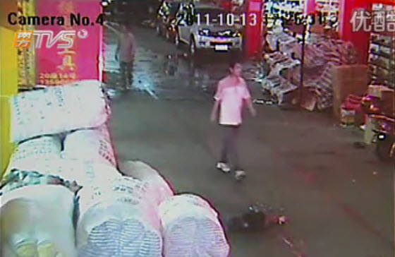 2-year-old-chinese-girl-ran-over-twice-ignored-by-18-passersby-02.jpg (41 KB)