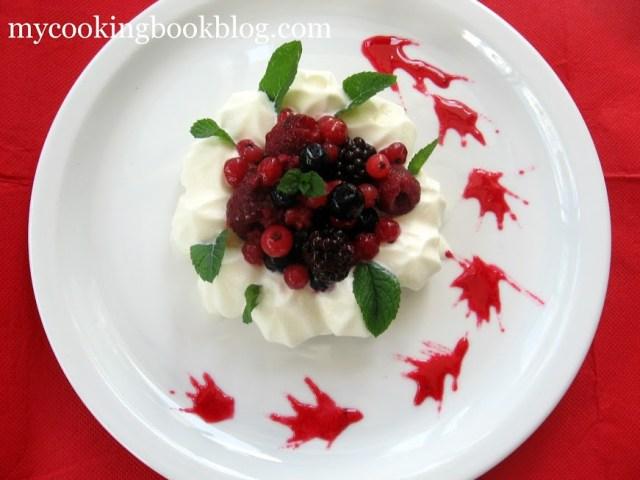 Десерт с целувки (Meringues), сметана и горски плодове