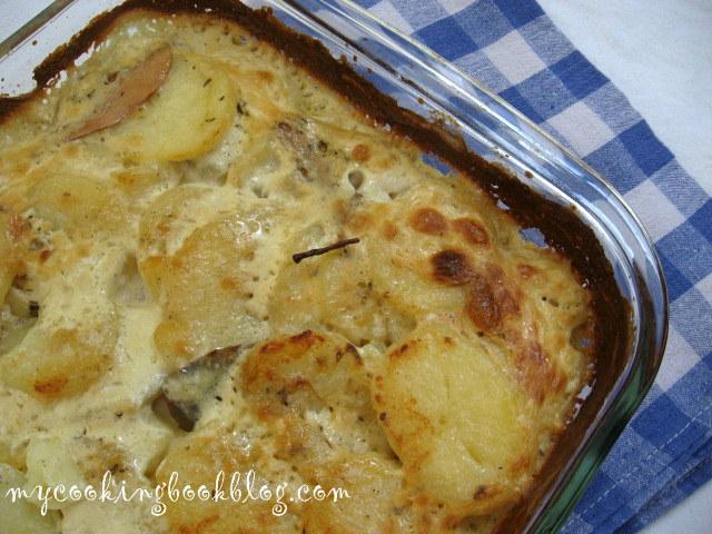 Картофен огретен с аромат на мащерка и дафинов лист