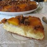 Обърнат сладкиш с карамел, орехи и праскови от компот