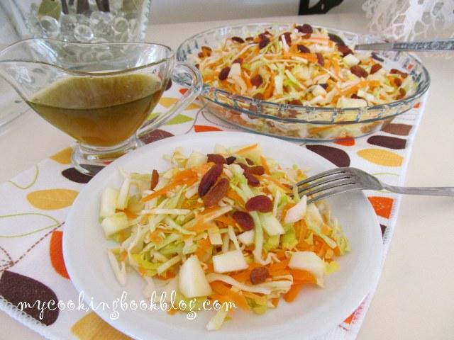 Салата с моркови, зеле, целина, зелена ябълка и стафиди