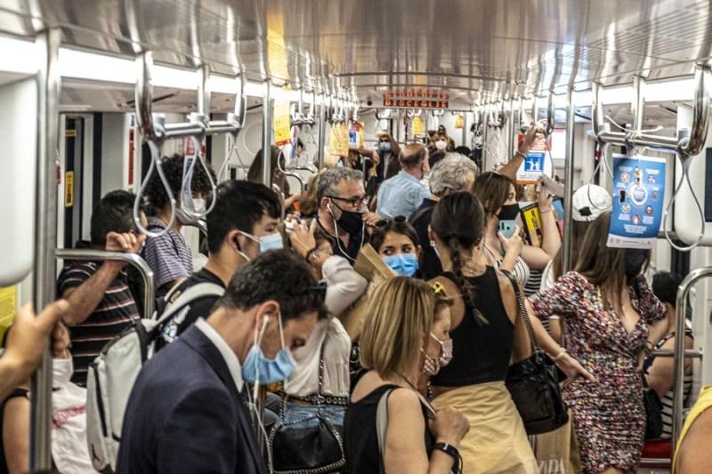 Foto della metropolitana di milano covid no distanziamento