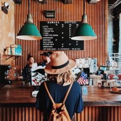 koffietent-koffie-zaak-ontbijt-meisje-hoed-hip