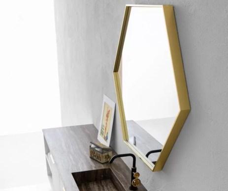 Specchiera Hexagon con telaio in finitura oro, led interno, senza interruttore. L 87 x P 5.5 x A 100 cm