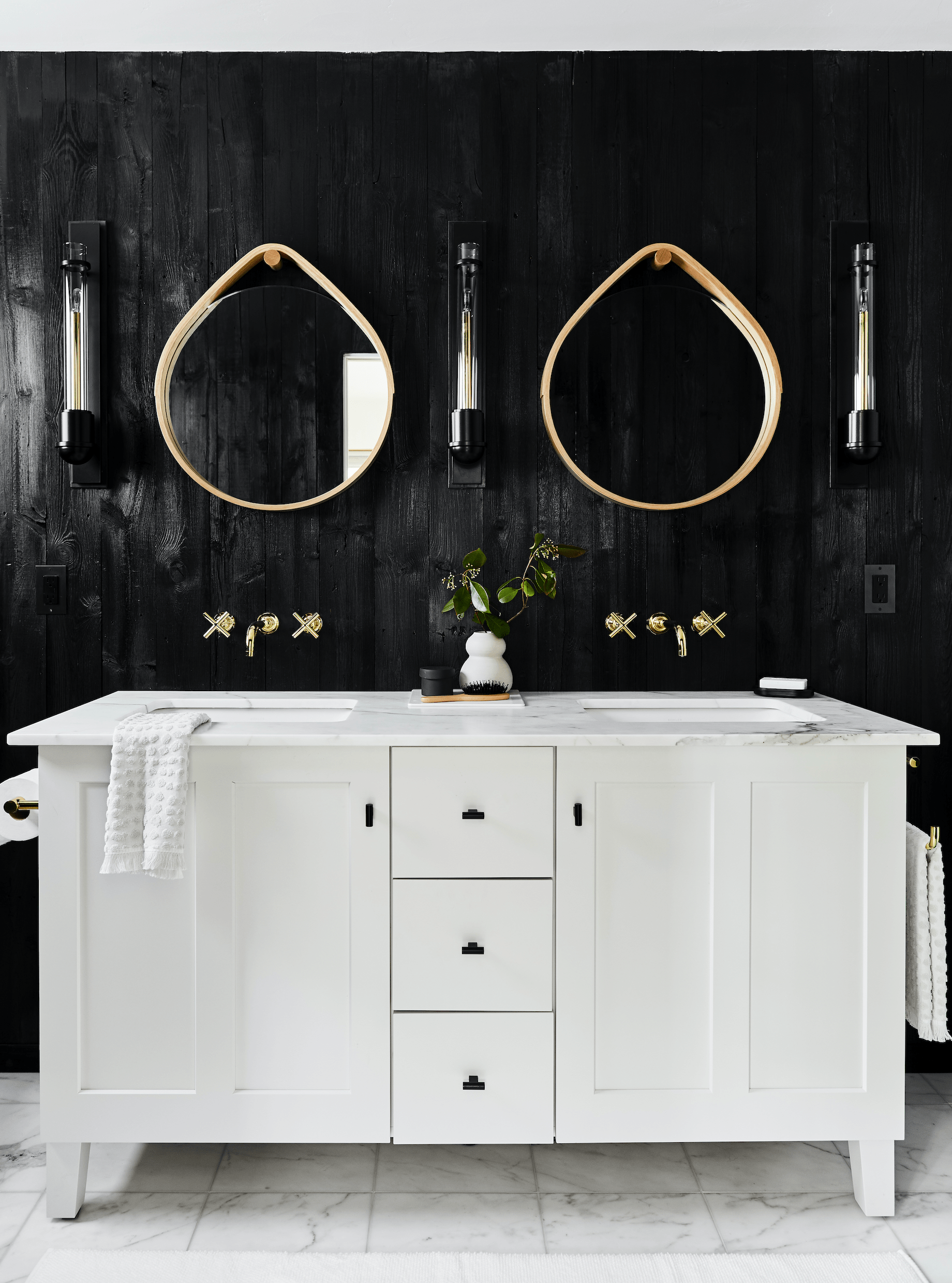 20 stunning black and white bathrooms