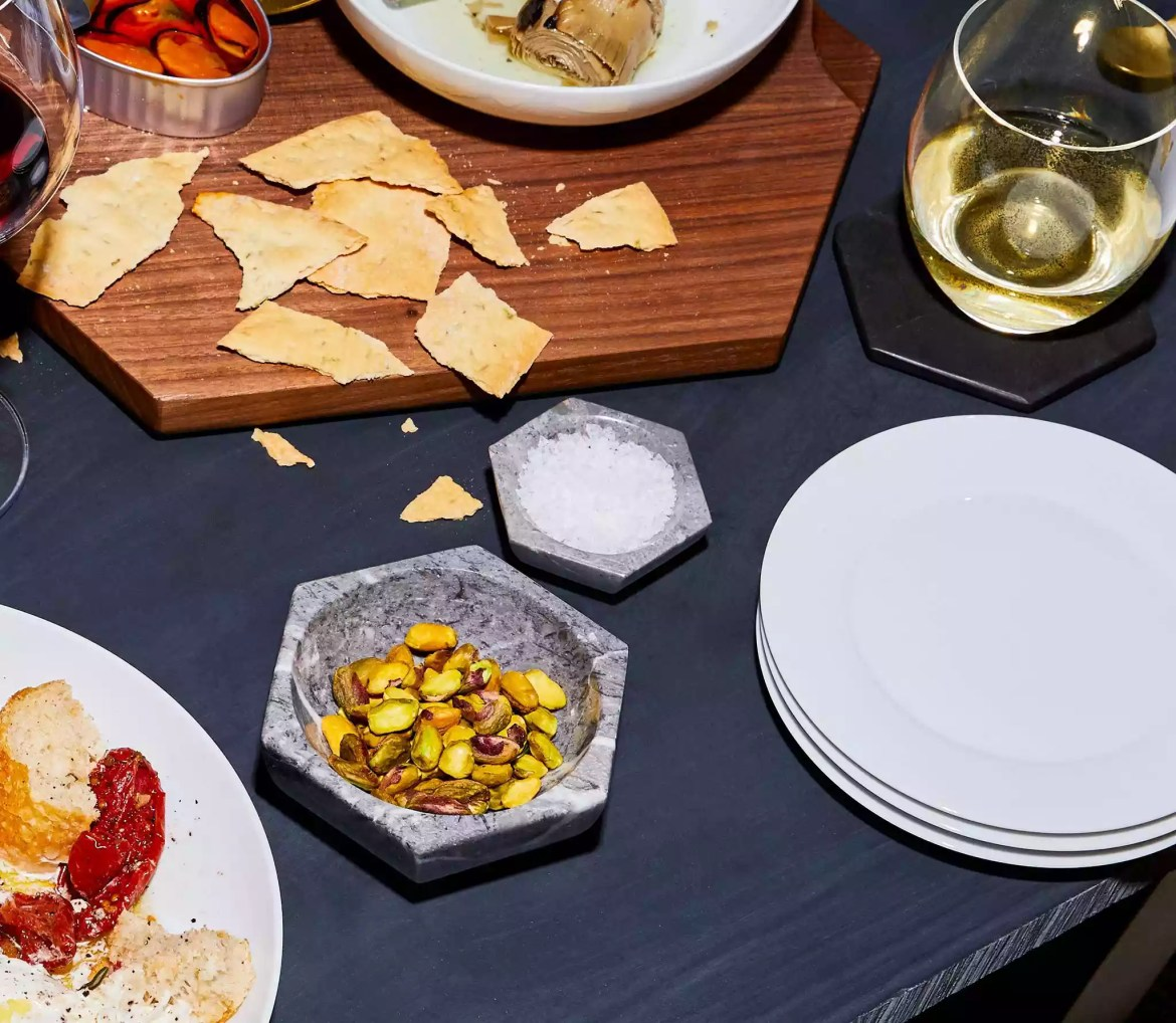 Dining plates and stoneware.