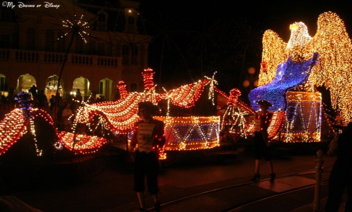 "Main Street Electrical Parade pays homage to America in their last float, titled ""To Honor America!"""