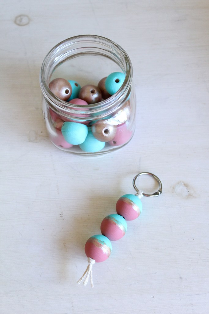 DIY painted wood beads keychain | #myfairolinda | Five last minute Christmas DIY gifts