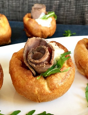 Mini Yorkshire pudding canapés with roast beef and horseradish sauce