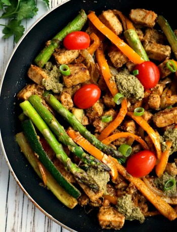 One-pan pesto quorn meat free pieces with veggies