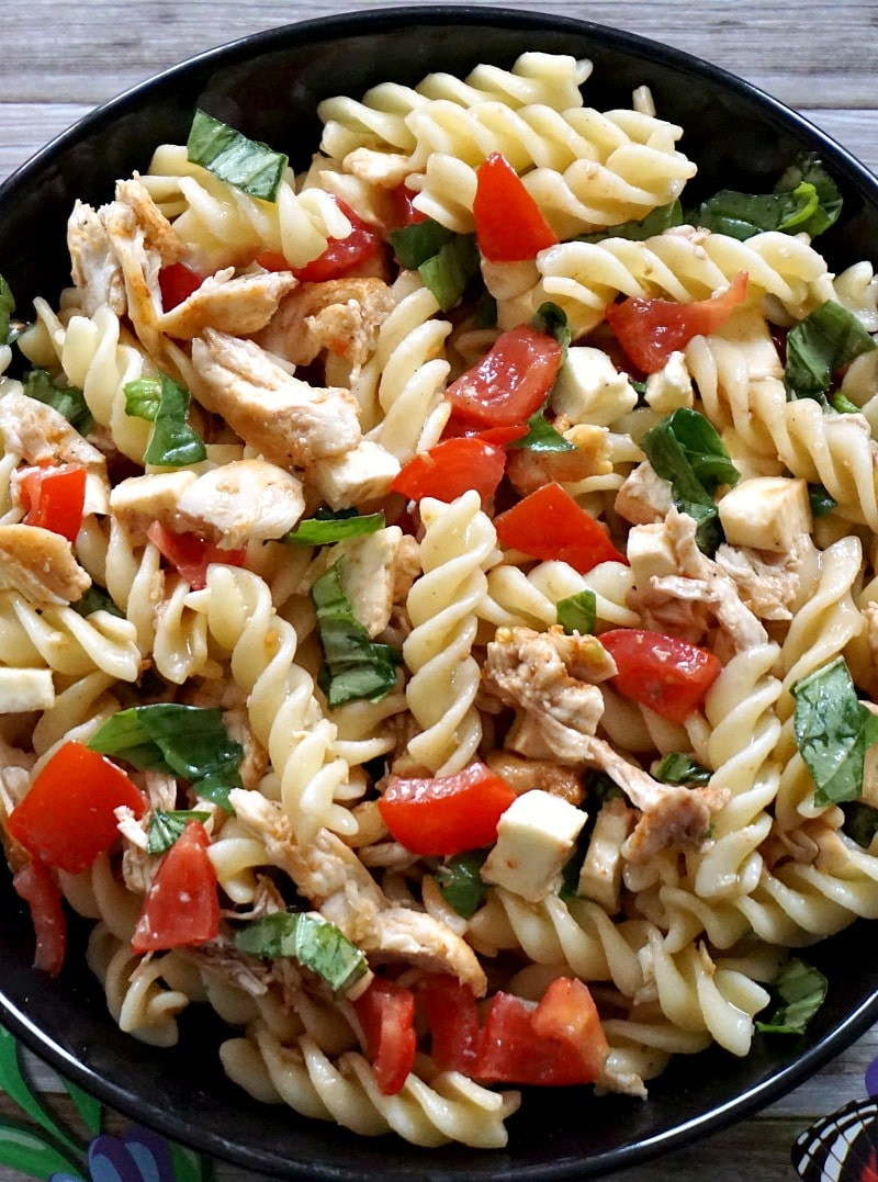 Cold chicken caprese pasta salad recipe with oliv eoil, balsamic vinegar and basil dressing, a fantastic salad to be enjoyed as a work lunch or quick easy dinner. Also great to take on a picnic. Filling, tasty and super easy to make.