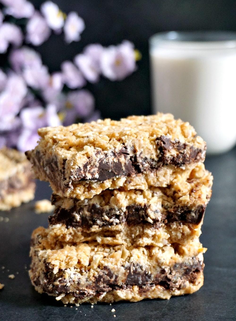 Healthy no-bake chocolate oat bars
