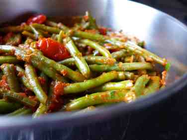 Traditional Greek green beans recipe (Fasolakia giaxni)-prep1