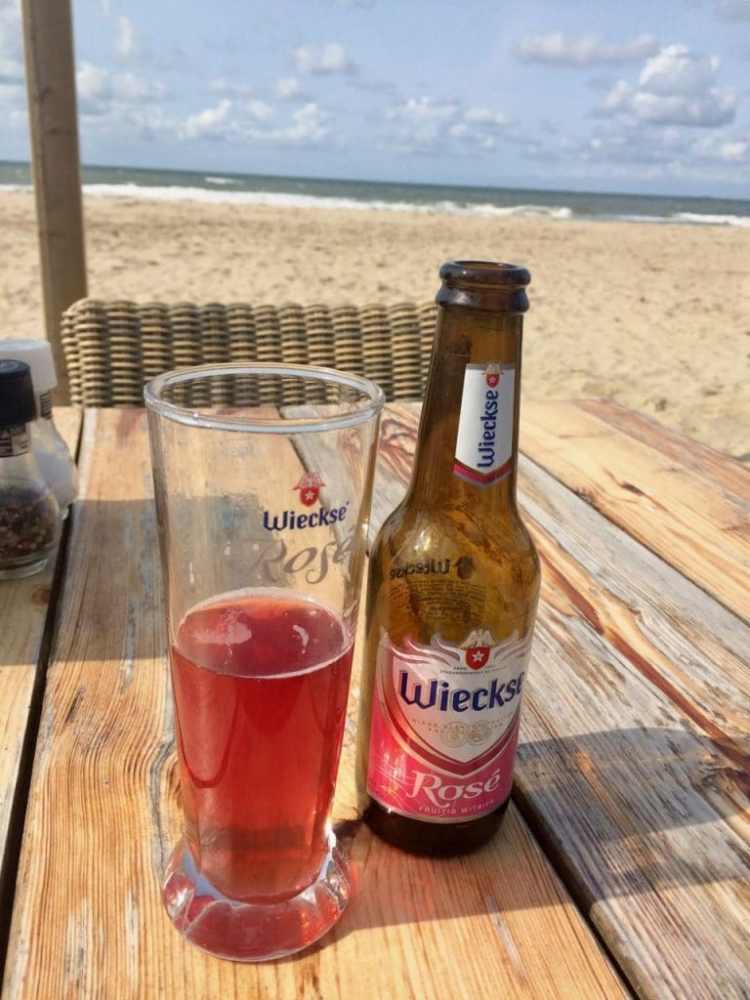 rosé bier op het strand