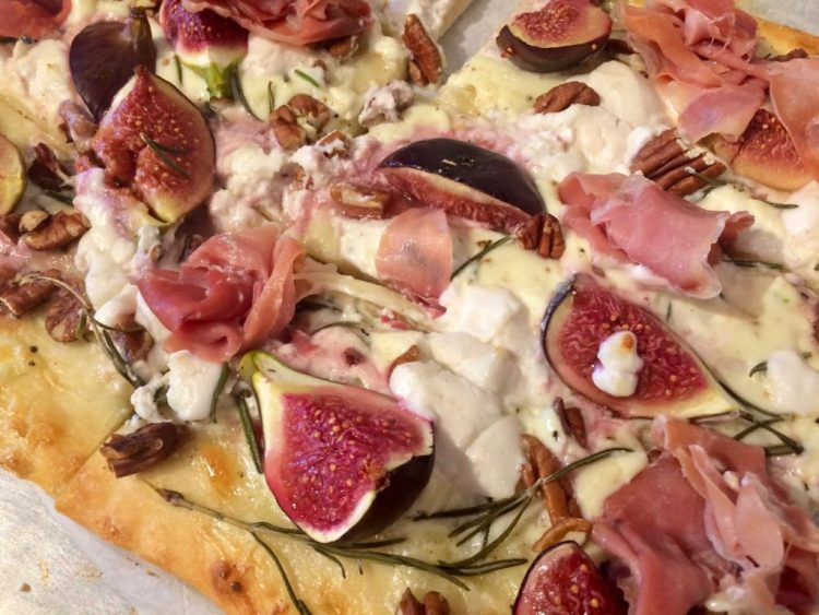 pizza met vijgen, ham en noten