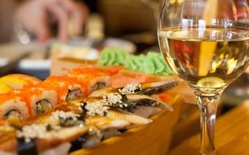 wijn drinken bij aziatisch eten - sushi