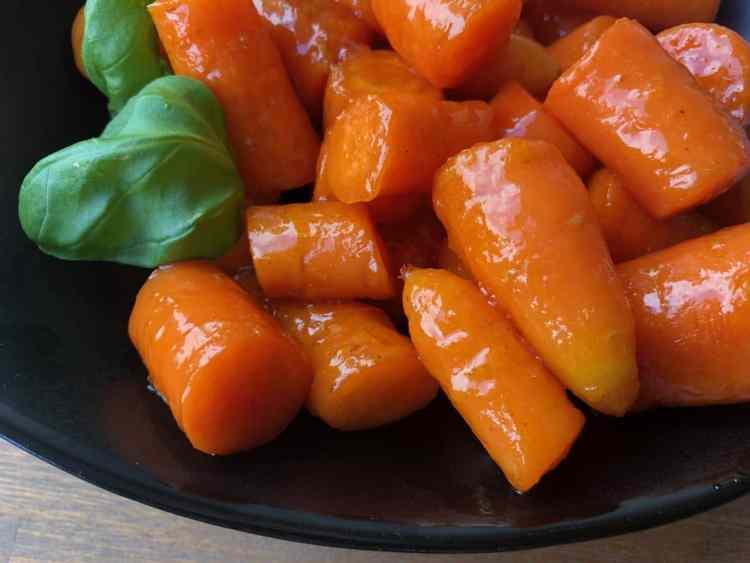 Gekarameliseerde wortelen met sinaasappel