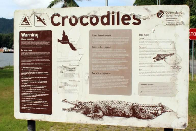 In Queensland weisen überall große Warntafeln auf die Gefahren hin - wie hier zum Beispiel durch Krokodile
