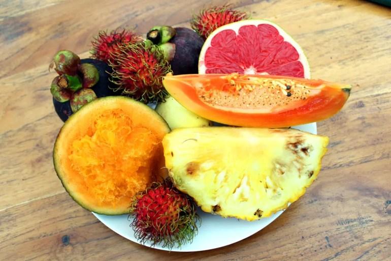 Zum Frühstück gibt' tropische Früchte von der Farm