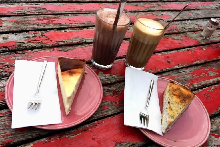 Der Kaffee kommt von den Public Coffee Roasters nebenan, der Kuchen ist selbstgemacht