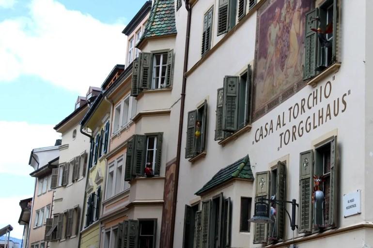 Bozens Altstadt bietet viele hübsche Fassaden wie hier das Torgglhaus am Obstmarkt