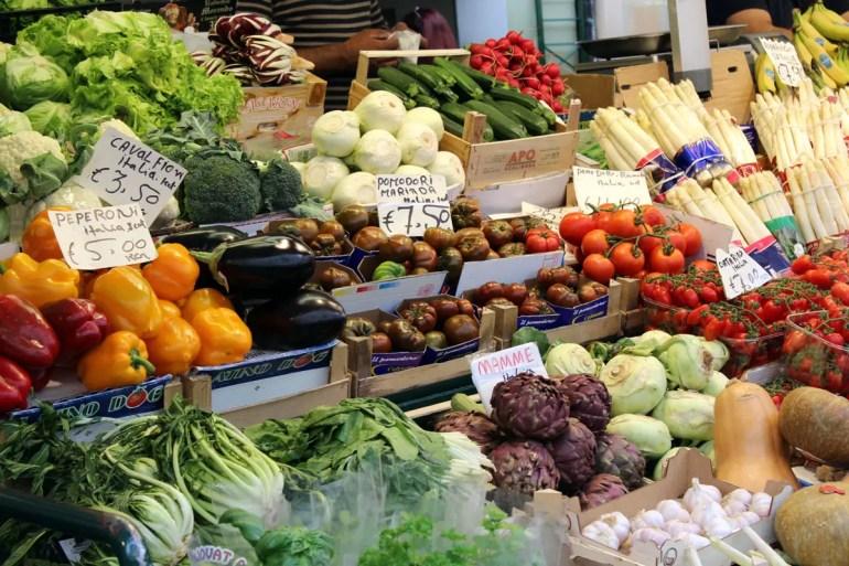 Frisches Obst am Marktstand