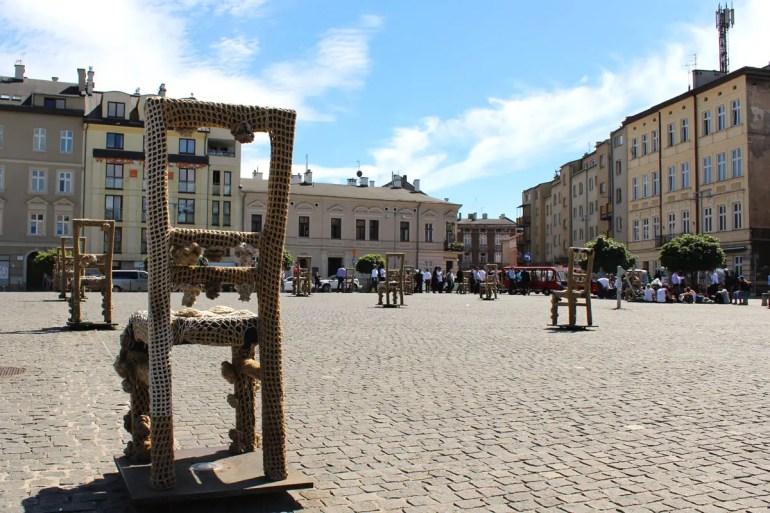 Auf dem Platz der Ghettohelden symbolisieren 70 Stühle die Tragödie der Bewohner