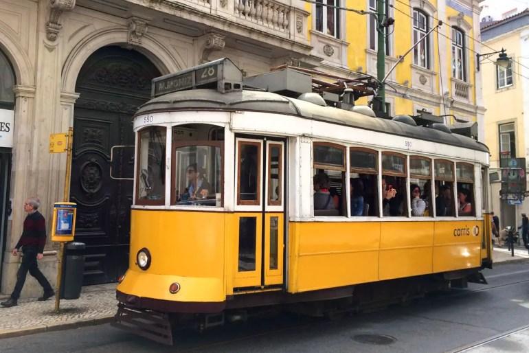 Die Eléctrico 28 unterwegs im Bairro Alto