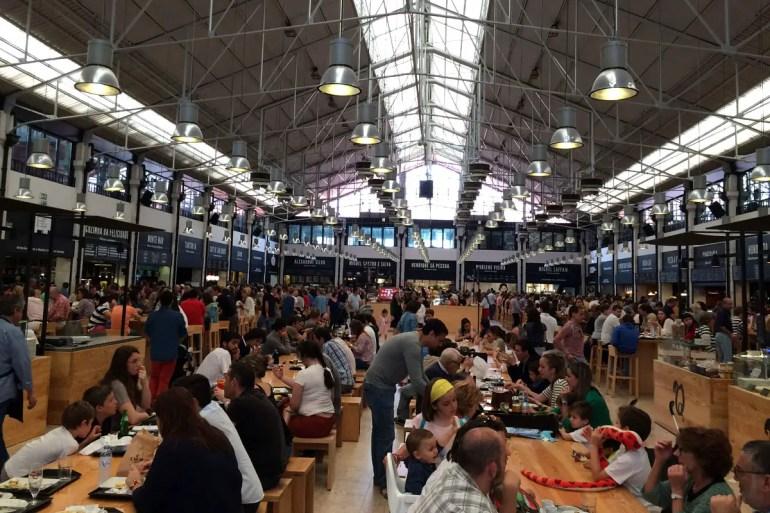 Perfekt für einen kleinen Snack: der Time Out Market im Mercado da Ribeira