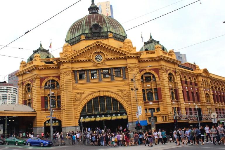 Die Flinders Street Station liegt direkt am Federation Square